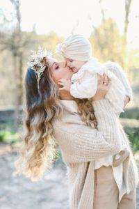 küssende Mutter mit Baby Portraits in Kempten Allgäu Bodensee